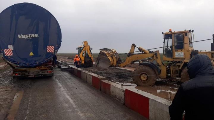 Федеральную трассу под Волгоградом перекрыл грузовик с ветроэлектростанцией