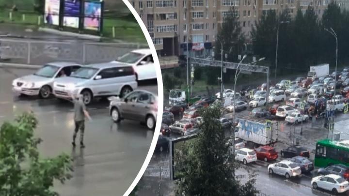 Разрулил ситуацию: в Екатеринбурге мужчина прикинулся регулировщиком и устранил коллапс на дороге. Видео