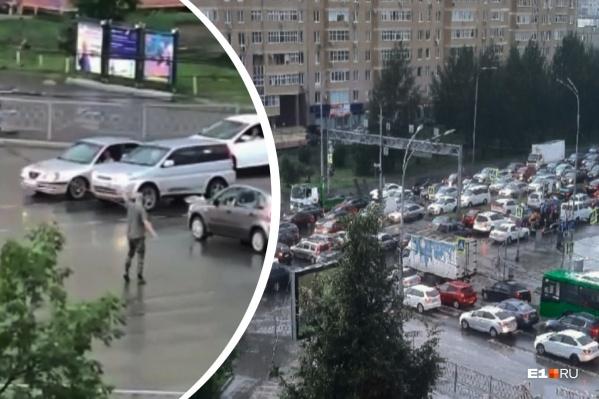 Мужчина выбежал на оживленный перекресток и жестами показывал автомобилистам, когда начинать движение