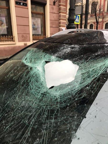 Падение глыбы на машину у площади Восстания