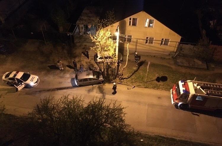 На Уктусе пьяный водитель на скорости въехал в дерево рядом с домом