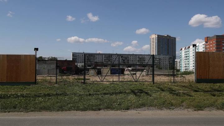 В Октябрьском районе начали строить жилые дома с детским садом — через дорогу обещают обустроить сквер