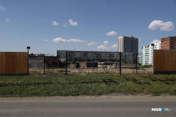 Жилой комплекс строят на месте бывшей автобазы Минобороны, а его территория граничит с военной частью