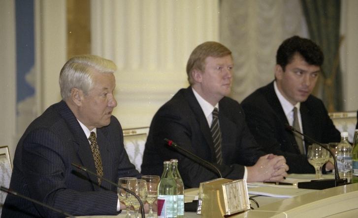"""По версии Михаила Зыгаря, Чубайс был реальным руководителем предвыборной кампании Ельцина <nobr class=""""_"""">в 1996 году</nobr>. После победы Ельцин назначил его первым зампредом <nobr class=""""_"""">правительства —</nobr> на фото они вместе уже на одном из заседаний <nobr class=""""_"""">в 1997 году</nobr>"""