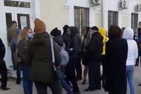 В Волгограде пациентов поликлиники заставили ждать приема врача на улице