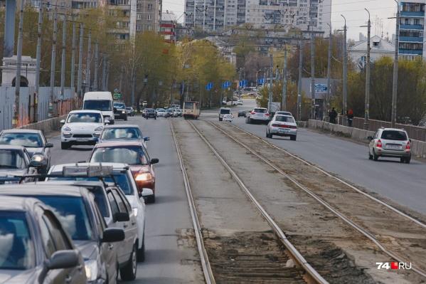 Из-за ремонта моста по-новому начнут ездить три трамвая, столько же автобусов и семь городских маршруток