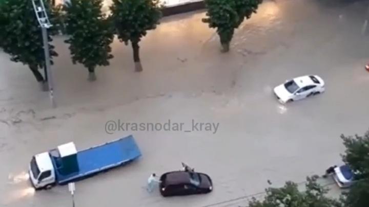 Мезоциклон затопил дома и улицы в Новороссийске, Анапе и еще трех районах. Фото и видео разгула стихии