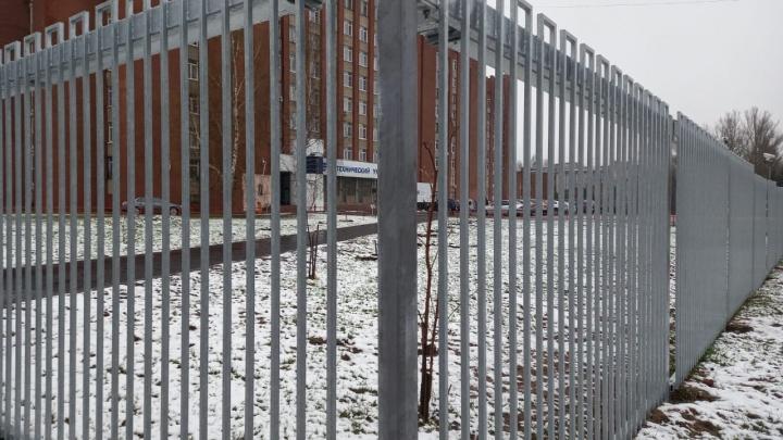 «Территория несвободы»: в Ярославле по требованию властей поставили антитеррористический забор