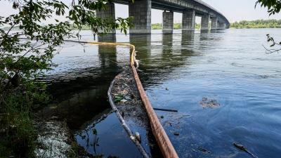 Мимо бонов: у Октябрьского моста образовалось огромное нефтяное пятно