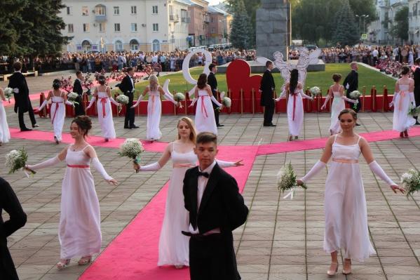 96 выпускников кружились в танце