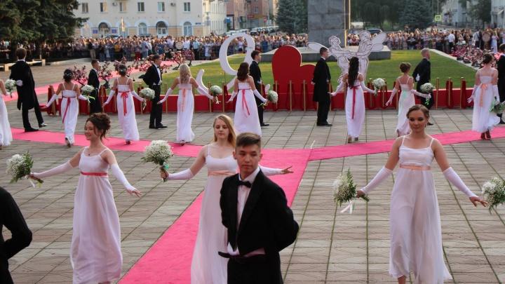 В третьем по величине городе Башкирии в пандемию коронавируса прошел медовый бал для лучших выпускников