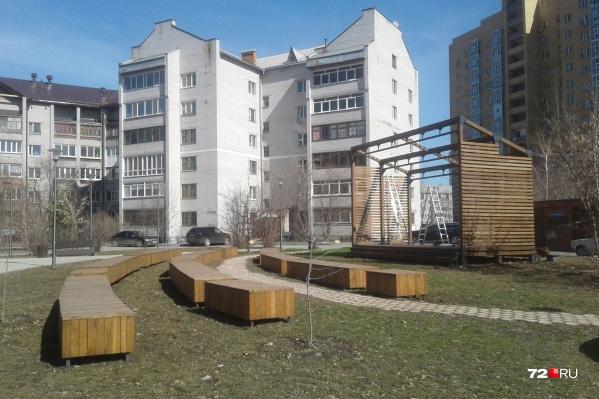 Сцену на Московском тракте почему-то решили убрать, разобрав по частям