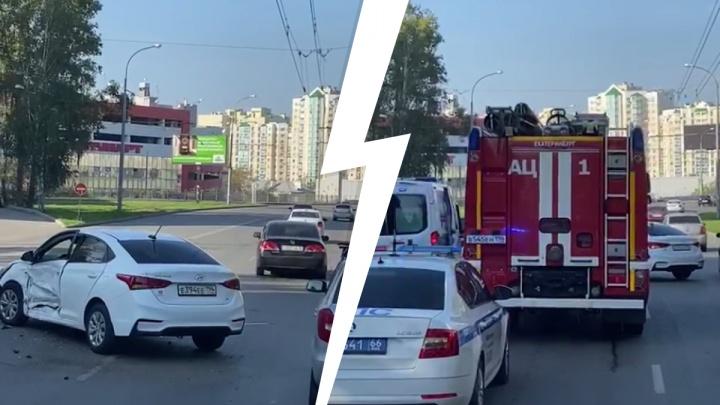 Приехало сразу три скорых. Улица Советская встала в пробку из-за ДТП