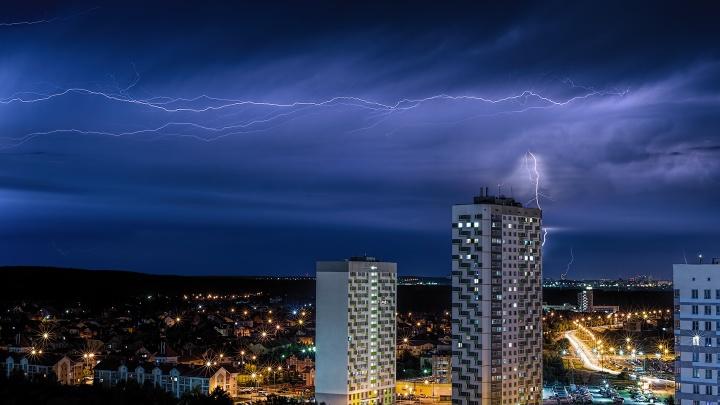 Вспышки освещают всё небо: завораживающие фото и видео ночной грозы в Екатеринбурге