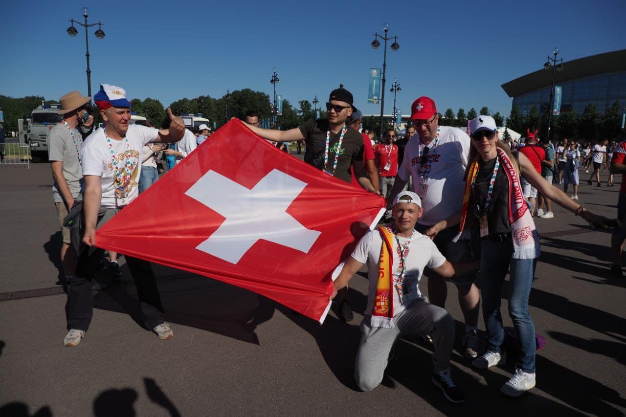 Швейцарские болельщики пели гимн России, а рядом танцевали фламенко. Смотрите, как отжигали перед последним матчем Евро-2020 в Петербурге