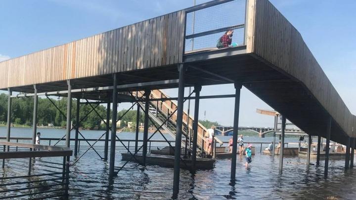 На Ярыгинской набережной ребенок во время ныряния ударился головой об ушедшую под воду скамейку