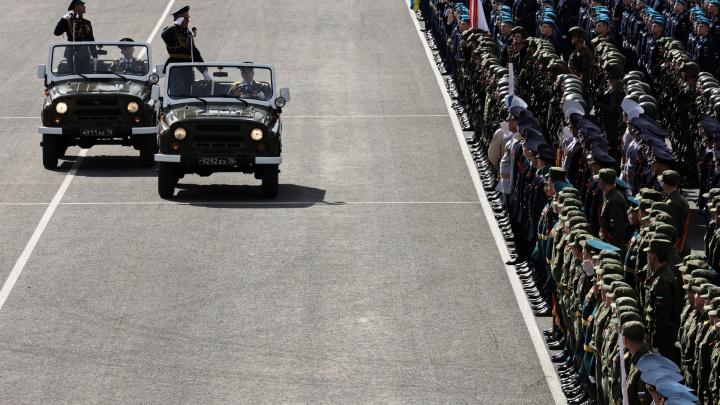 Танки на площади, самолеты в небе: в Челябинске провели генеральную репетицию парада к 9 Мая