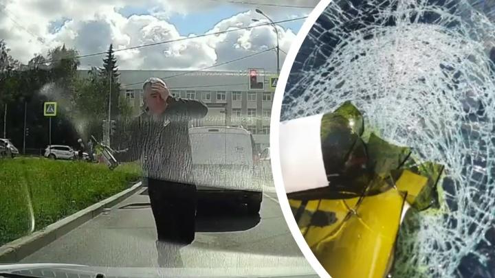 На Шаумяна мужчина разбил лобовое стекло автомобиля. Видео дорожной разборки