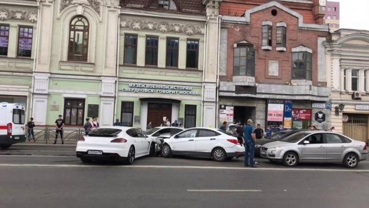 «Все три ряда стоят наглухо»: в центре Екатеринбурга произошло массовое ДТП