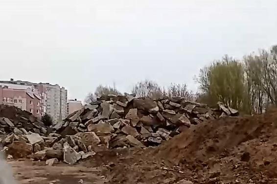 В Ярославле снятый с Машиностроителей асфальт свалили недалеко от жилых домов