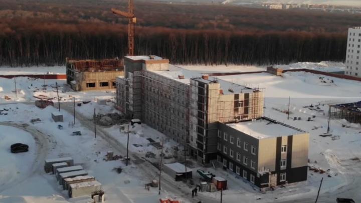 У будущего здания ГИБДД у «Самара Арены» начали красить фасады: видео