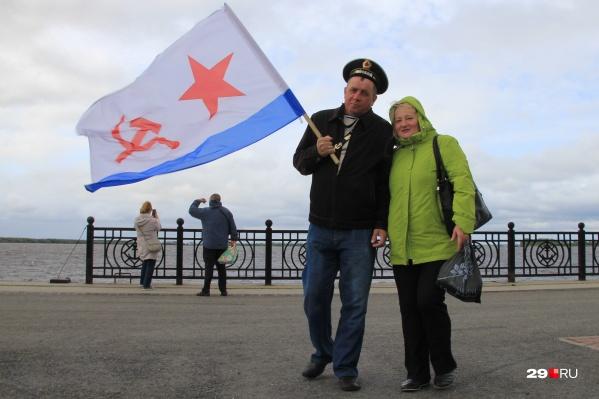 В прошлые годы жители города выходили на набережную, чтобы приветствовать военно-морской парад судов