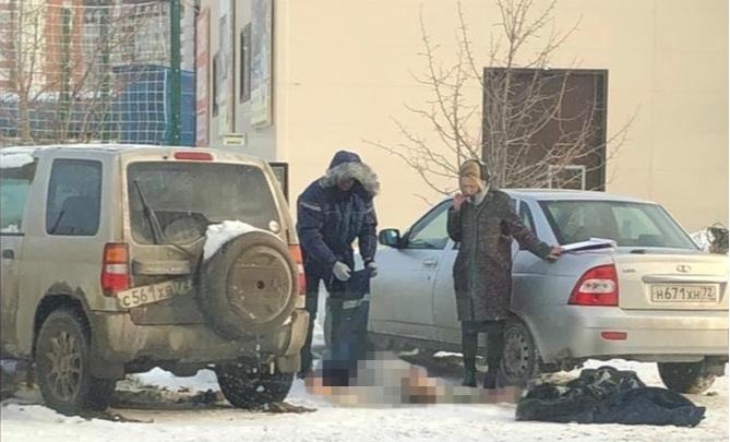 В припаркованной машине на окраине Тюмени нашли тело мужчины
