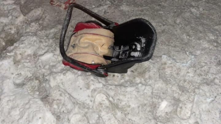 Люлька лежала на дороге, а ребенок — в сугробе. Как спасали трехмесячную малышку, попавшую в ДТП под Тюменью