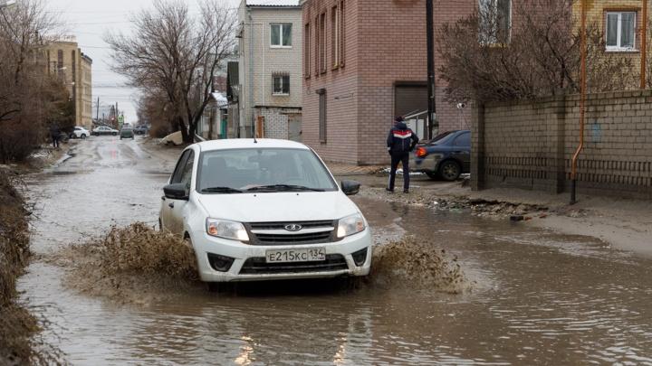 «Течет неделю — и никому нет дела»: в Волгограде вода заливает улицу в Дзержинском районе