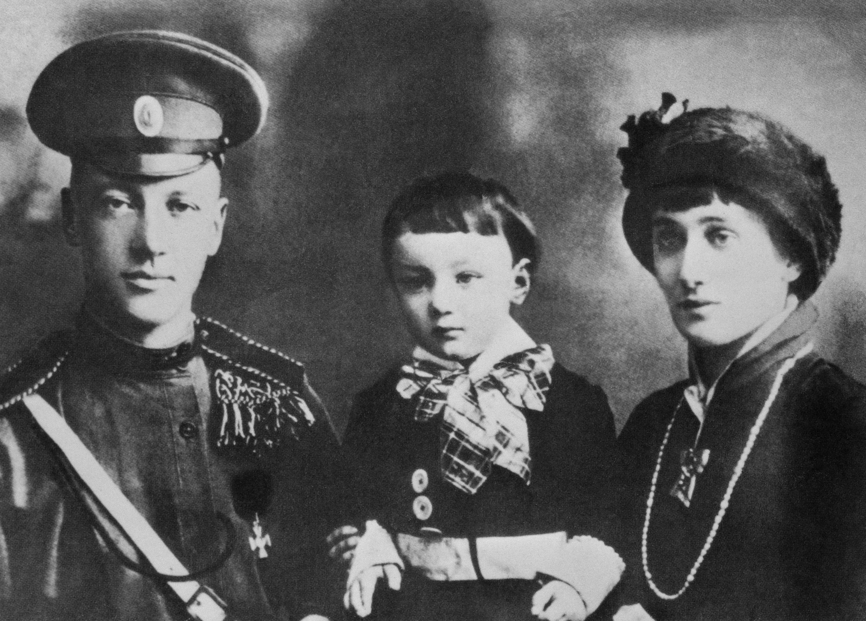 Николай Гумилёв и Анна Ахматова с сыном Левой