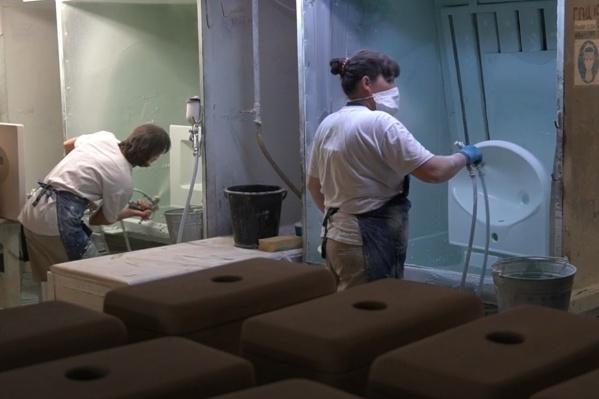 Завод приоткрыл двери цехов по выпуску сантехники и керамогранита для жителей города