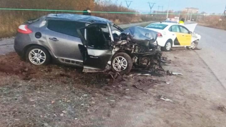 В Перми произошла авария с участием такси: один человек погиб, еще троих госпитализировали