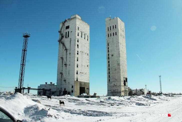 До шахты «Алмазной» непросто добраться — она стоит в голой степи. Ее охраняют казаки и собаки