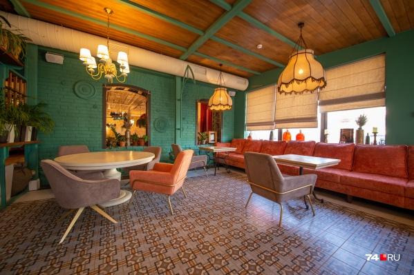 Рестораторы бережно отнеслись к историческому антуражу дома, сохранив элементы первоначального интерьера