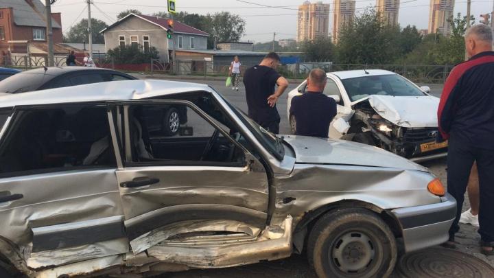 В Екатеринбурге после столкновения с такси «четырнадцатая» перевернулась на бок