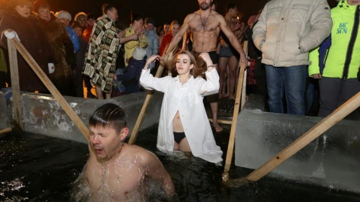 Челябинцам, решившим искупаться в проруби в Крещение, посоветовали не вакцинироваться от ковида