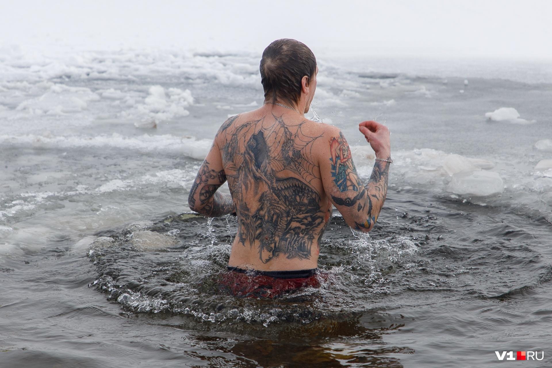 Волгоградцы, совершающие обряд ежегодно, не боятся 10-градусных морозов