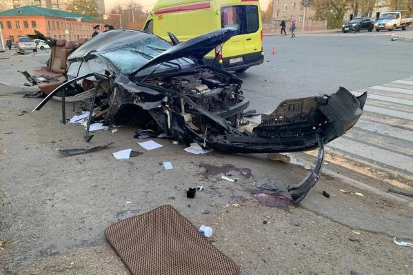Машина превратилась в груду металла после столкновения с электроопорой