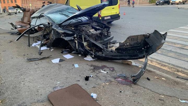Умер один из пассажиров иномарки, которая снесла электроопору в центре Уфы. Водитель арестован