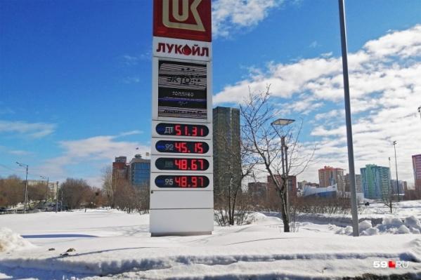 """Стоимость литра бензина уже давно превысила <nobr class=""""_"""">50 рублей</nobr>"""