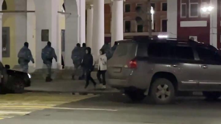 Толпа силовиков ОМОНа зашла в центральное кафе: что там случилось