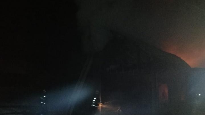 Под Новосибирском вспыхнули частный жилой дом и баня— пожарные два часа боролись с огнем