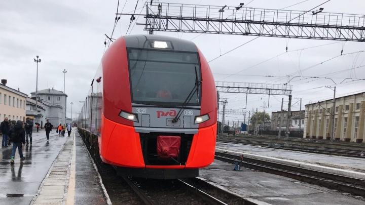 Запустили движение по железной дороге от Перми — I до Перми — II. Ведем прямой эфир