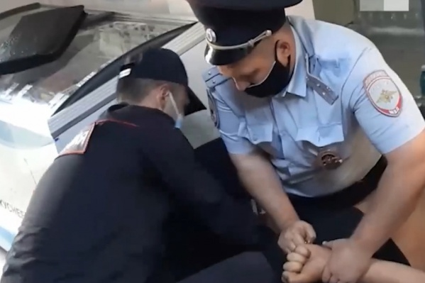 По словам очевидца, полицейские скрутили мужчину, потому что на нем не было маски