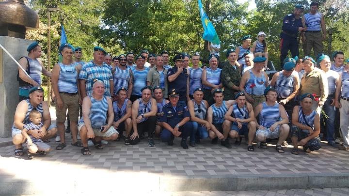 Несмотря на утро понедельника: в Волгограде в парке Гагарина собрались десятки десантников