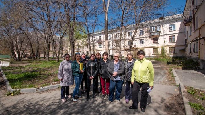 «Без водолазов не разобраться»: жители дома в Челябинске боятся провалиться в затопленное под ним бомбоубежище
