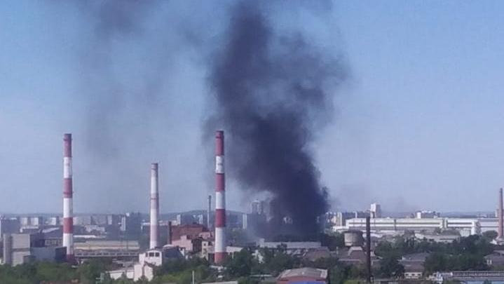 Едкий черный дым затянул проспект Космонавтов