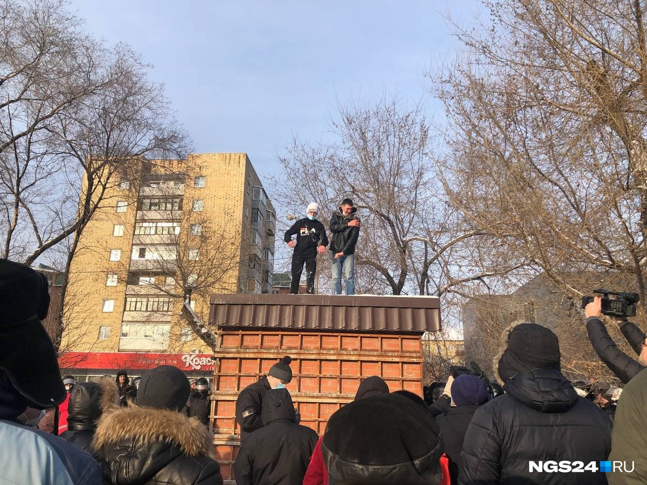 Некоторым протестующим показалось, что с будки происходящее виднее