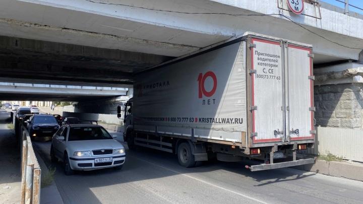 Места даже с запасом: администрация Волгограда объяснила, почему в центре города застревают грузовики