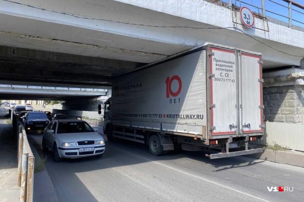Водитель транзитного грузовика не стал обращать внимание на дорожные знаки